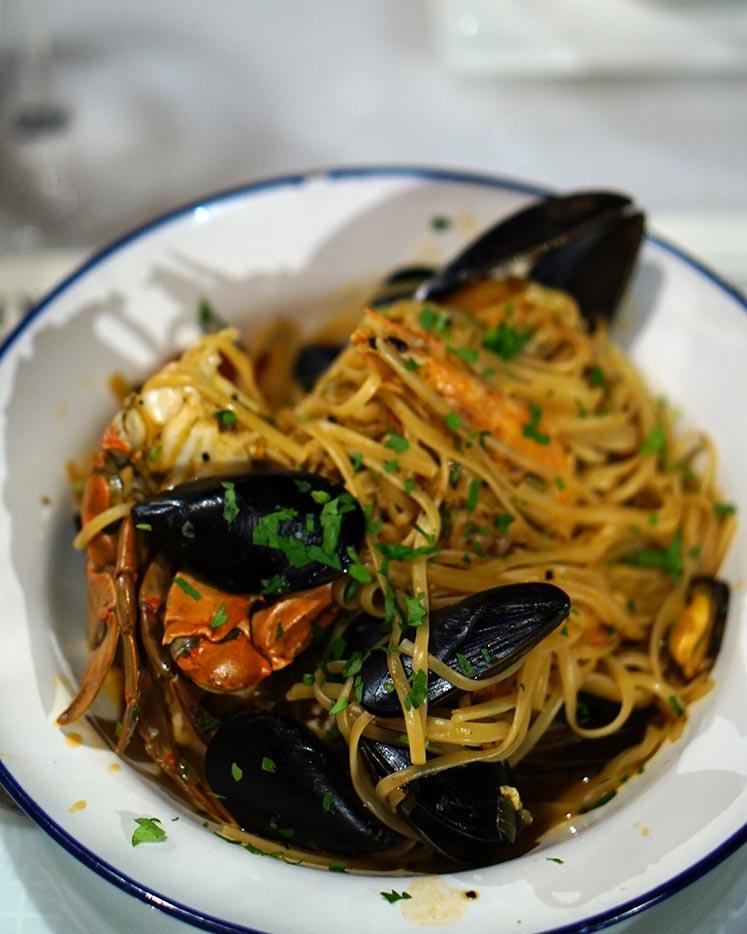 Ταβέρνα Βασίλης στους Παξούς - linguini θαλασσινών και χειροποίητη pasta με μελάνι σουπιάς