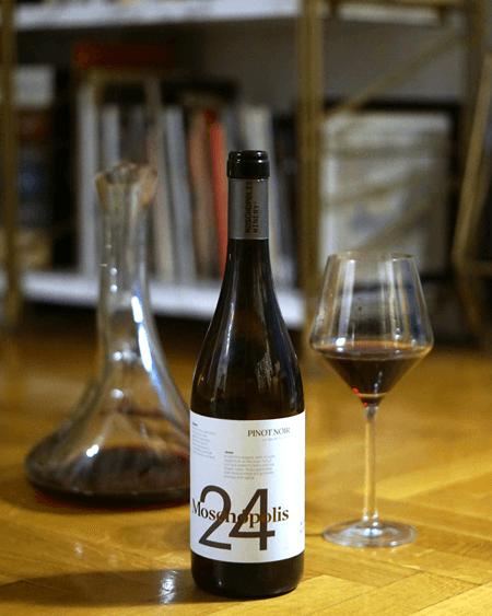 Το Μοσχόπολις 24 - Pinot Noir 2017 ευνοείται από την μετάγγιση σε καράφα